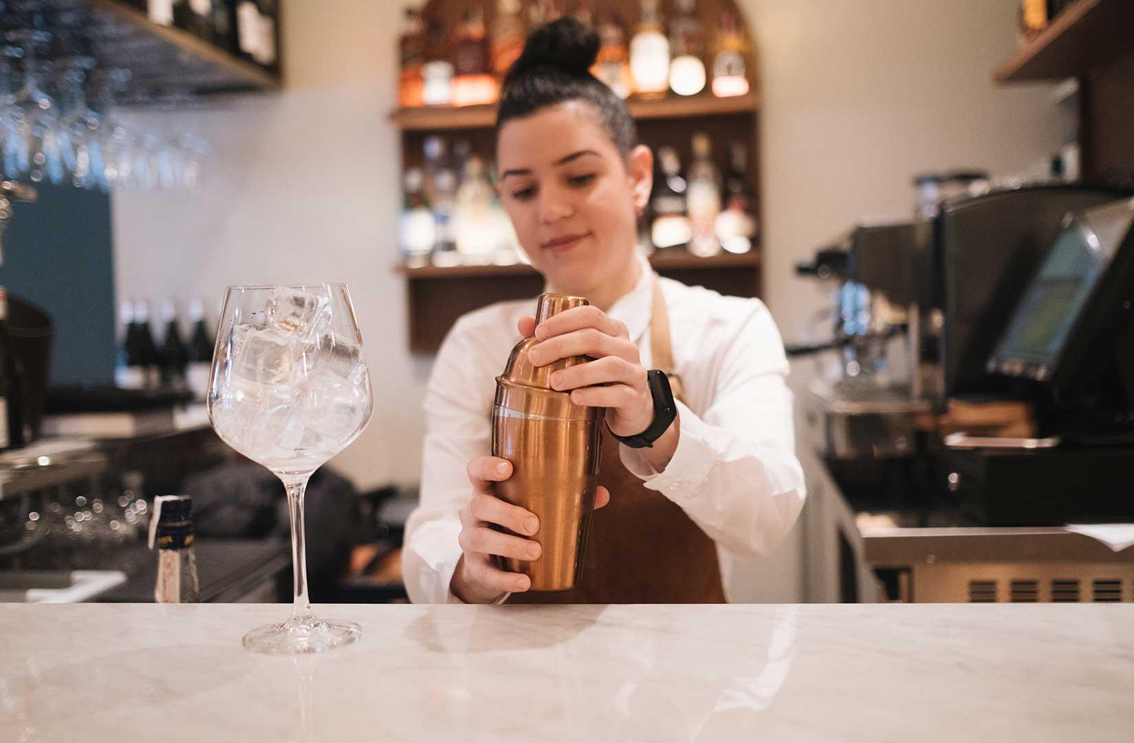 Nuestra camarera mezcla el coctel