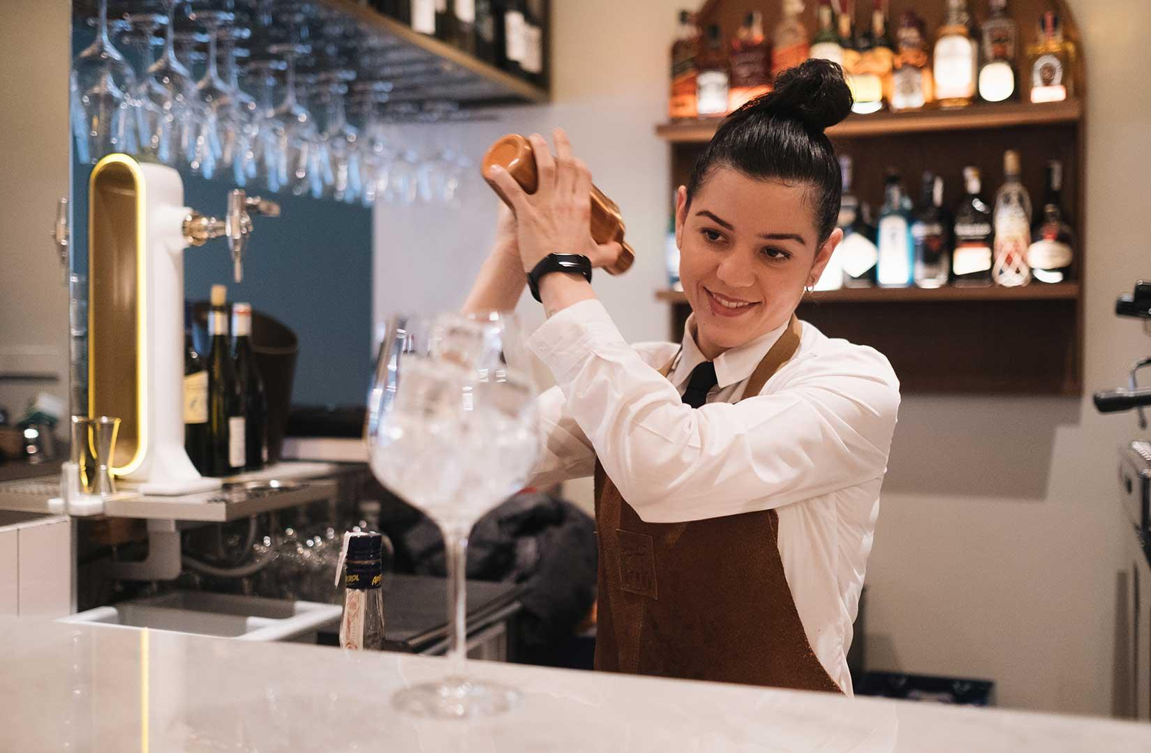 Nuestra camarera agita el coctel