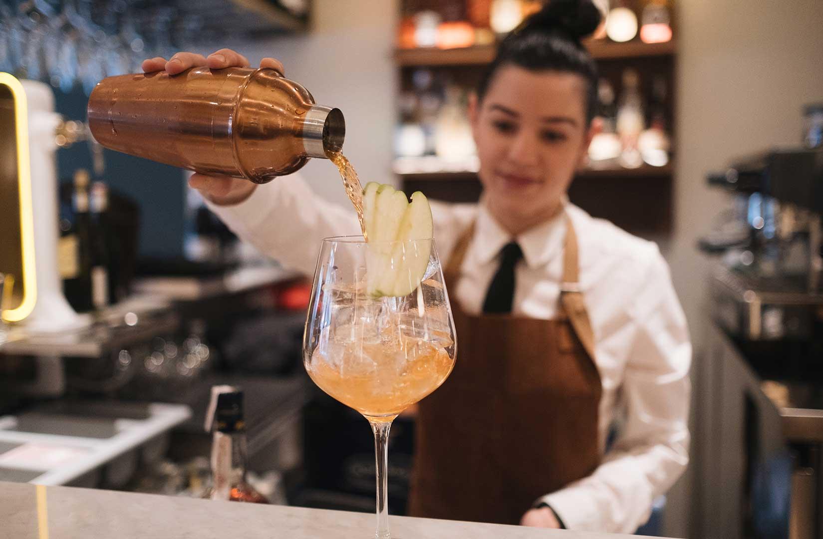 Nuestra camarera sirve el coctel