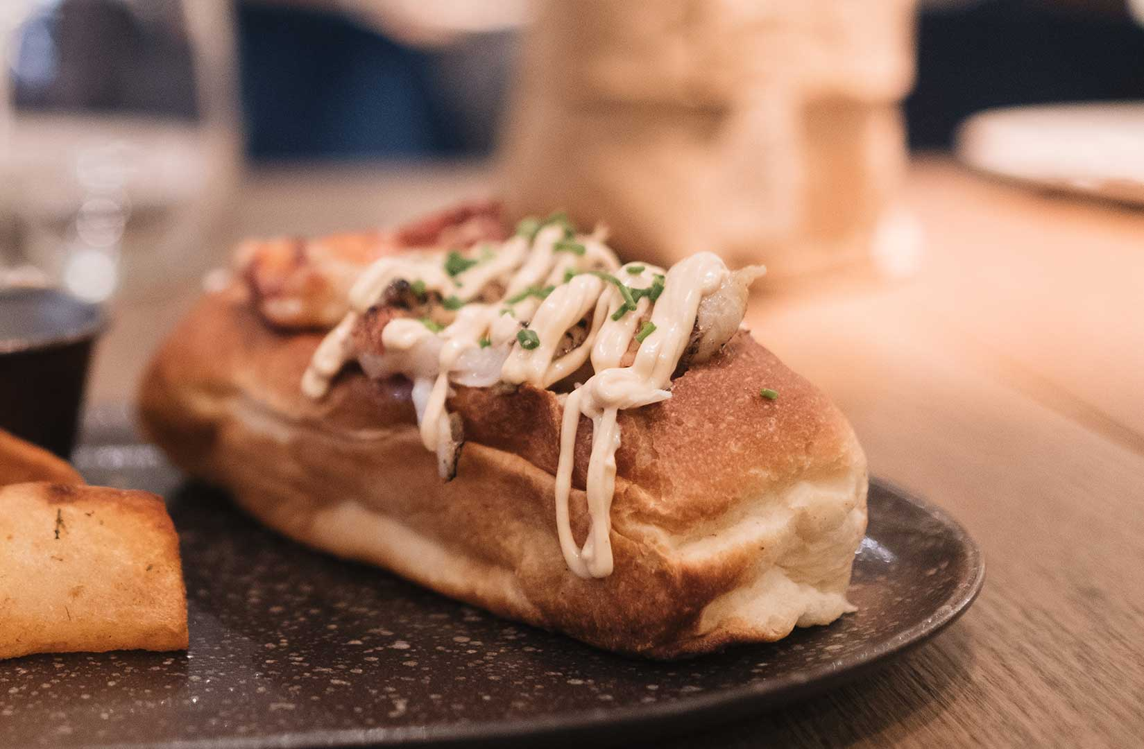 Hot-dog-de-bogavante-y-col-crujiente