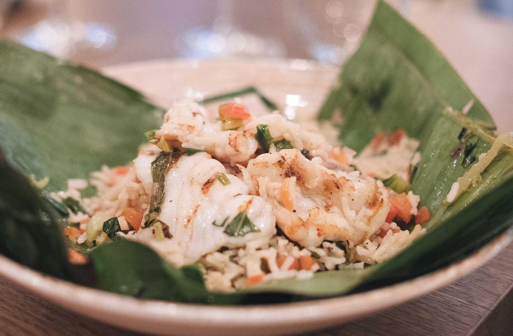 Rape con arroz, albahaca, verduras y toques de pimienta de Szechuan